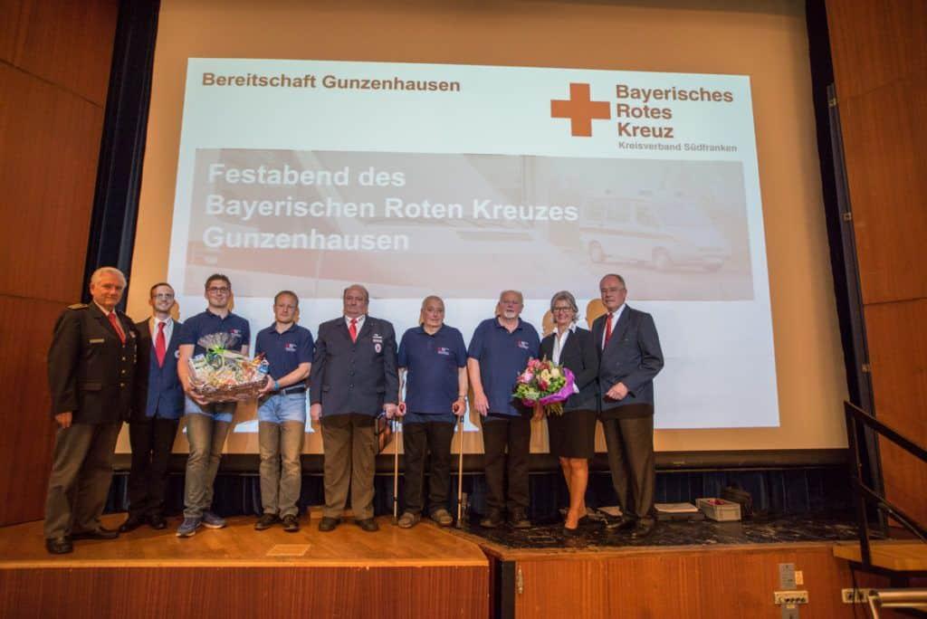 Die regionalen Führungskräfte des Bayerischen Roten Kreuzes und die BRK-Vizepräsidentin Brigitte Meyer mit den am Festabend in der Stadthalle geehrten Aktiven des BRK Gunzenhausen.