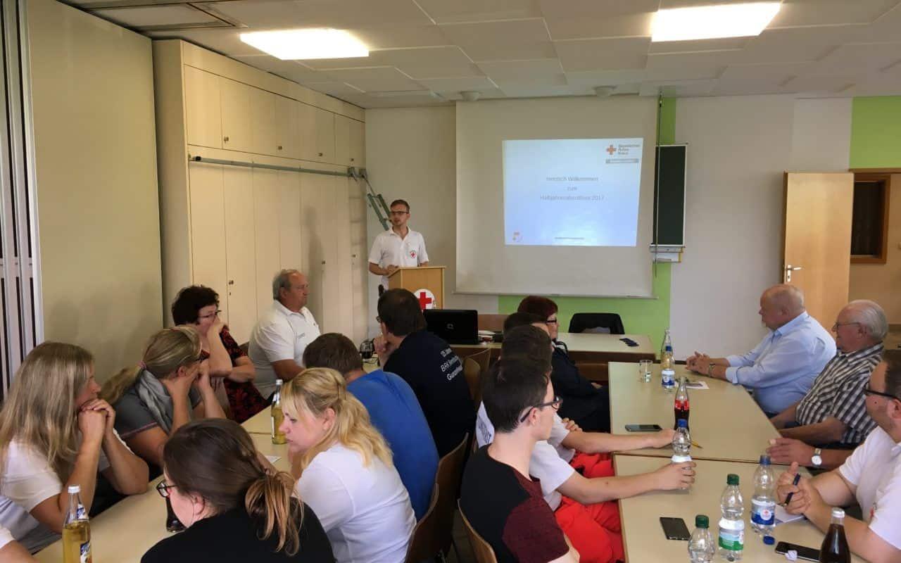Pfeifer begrüßt die Mitglieder und hält eine ausführliche Ansprache um die Helfer für ihre Arbeit zu loben und auch zu motivieren.