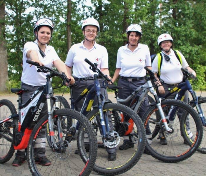 Vier Helferinnen der Bereitschaft mit den Ebikes